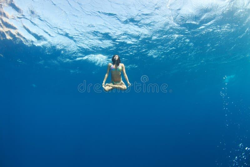 Lotosowa pozycja podwodna zdjęcia royalty free
