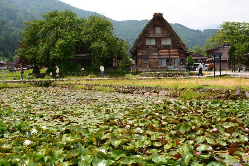 Lotosowy staw i tradycyjny gassho-zukuri dom I?? Gifu prefektura Chubu Japonia fotografia stock