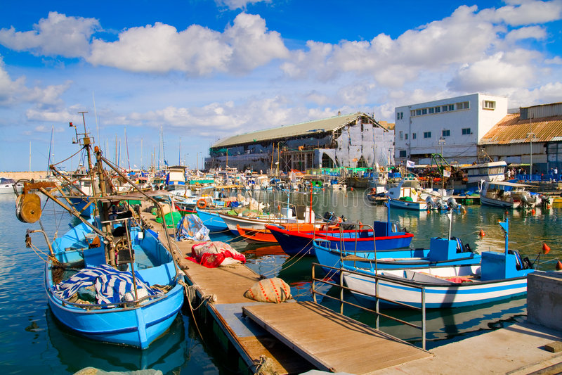 Lots Boote im malerischen Kanal von Tel Aviv stockbilder