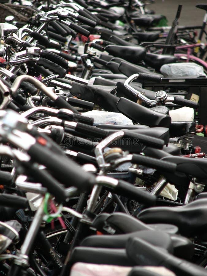 Lots Fahrräder lizenzfreie stockfotos