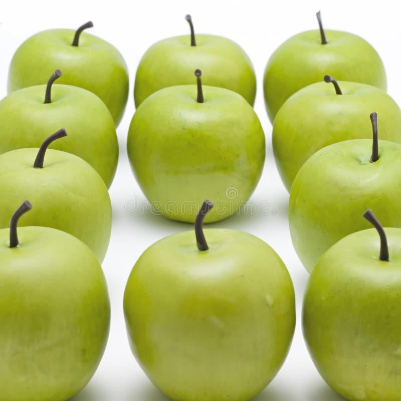 Lots knusperige grüne Äpfel lizenzfreie stockfotos
