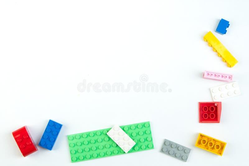 Lott av färgrik bakgrund för regnbågeleksaktegelstenar Bildande leksak, konstruktör för barn som isoleras på vit bakgrund royaltyfri fotografi