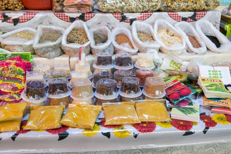 Lott av kryddor och torra örter som säljs på den lokala marknaden arkivfoto