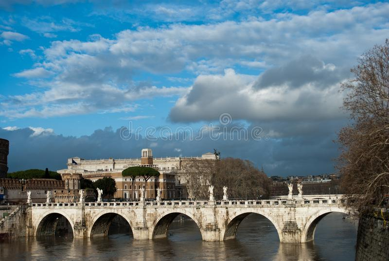 Lott av moln under den Tiber floden och bron Ponte Sant Angelo nära av Castel Sant Angelo, Roma, Italien, Februari 2018 Bro royaltyfria foton