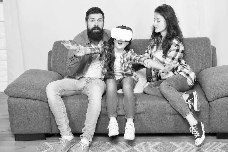Lott av omgeende barn f?r bekymmer som anv?nder VR-h?rlurar med mikrofon Dotter som klibbas i virtuell verklighet Digital v?rld F arkivbilder