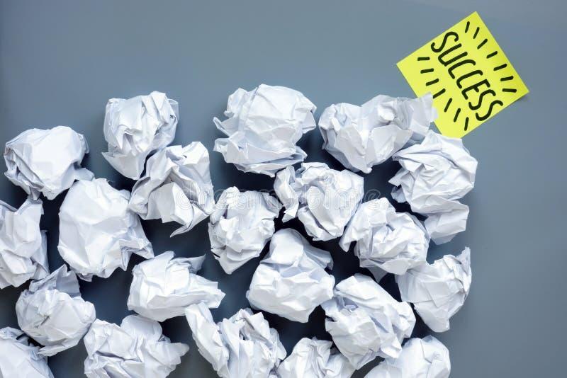 Lott av pappers- bollar och framgång som symbol av motivationen och framsteg i affär arkivbild