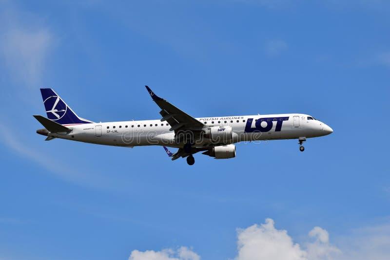LOTT - Polska flygbolag Embraer 190 royaltyfri foto