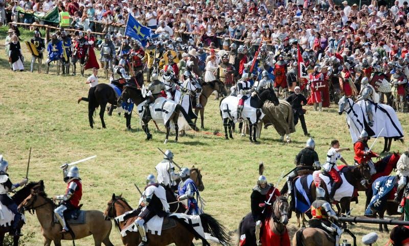 Lotta dei cavalieri con le spade sui cavalli fotografia stock libera da diritti