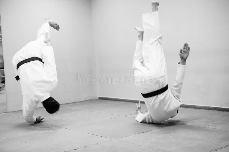 Lotta fra due combattenti di aikidi in una palestra di sport fotografia stock
