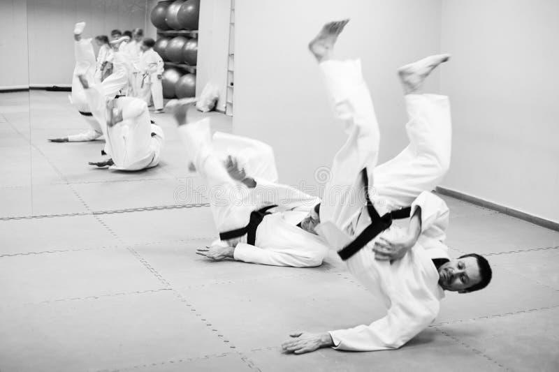 Lotta fra due combattenti di aikidi in una palestra di sport immagini stock