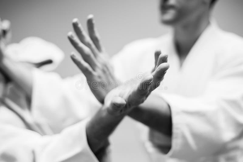 Lotta fra due combattenti di aikidi in una palestra di sport fotografia stock libera da diritti