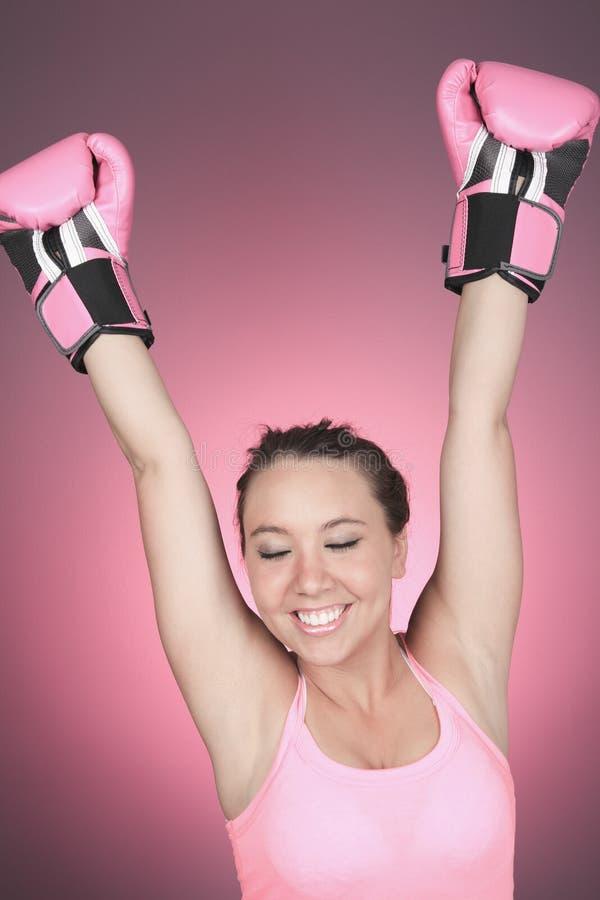 Lotta per il simbolo del cancro al seno su fondo rosa immagini stock libere da diritti