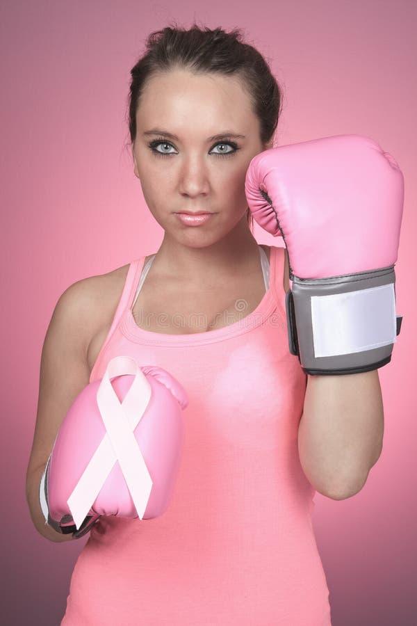 Lotta per il simbolo del cancro al seno su fondo rosa fotografia stock