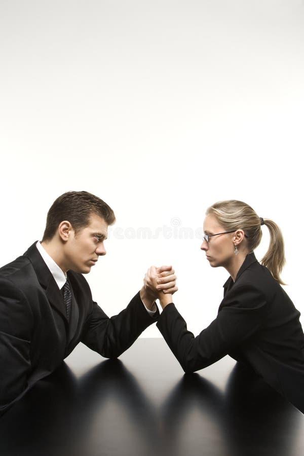 Lottare di braccio della donna e dell'uomo fotografia stock