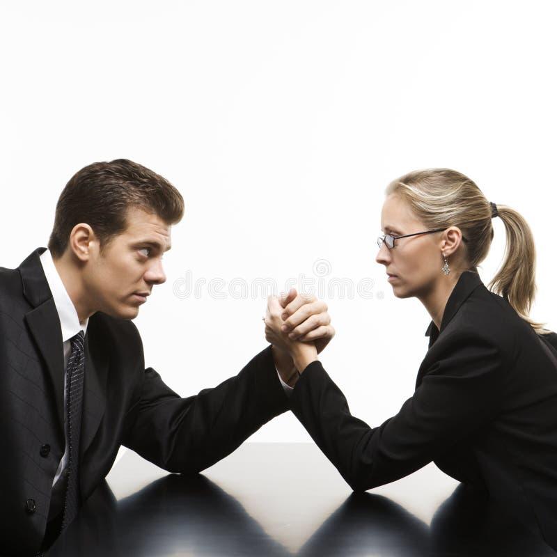 Lottare di braccio della donna e dell'uomo sulla tabella. fotografia stock