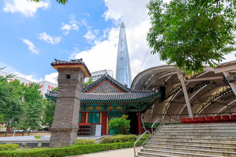 Lotte世界塔和都市风景在Jamsil, Songpa顾,汉城市 免版税图库摄影