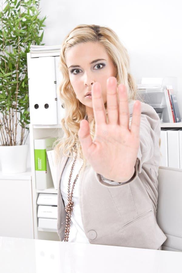 Lotte della donna - molestia sessuale nel posto di lavoro. Ragazzo di affari immagine stock