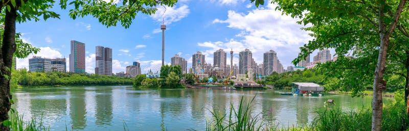 Lotte World munterhetnöjesfält runt om Seokchon sjön, en viktig turist- dragning i Seoul, Sydkorea arkivfoton