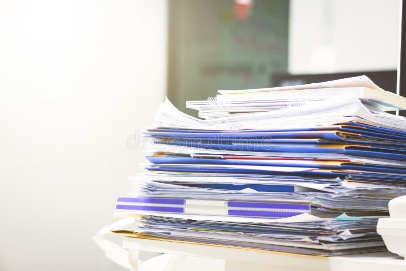 Lotter av oavslutade dokument på kontorsskrivbordet Hög av dokumentpapper arkivfoton