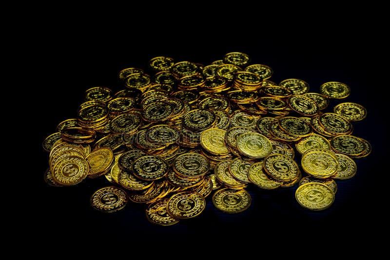 Lotter som staplar guld- mynt på svart bakgrund, pengarbunt för framtid för investering och för sparande för affärsplanläggning royaltyfri foto