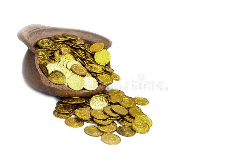 Lotter som staplar guld- mynt på svart bakgrund, pengarbunt för framtid för investering och för sparande för affärsplanläggning royaltyfria bilder