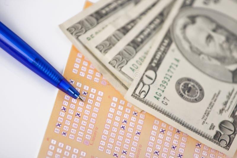 Lotteriekarte und -geld stockbild