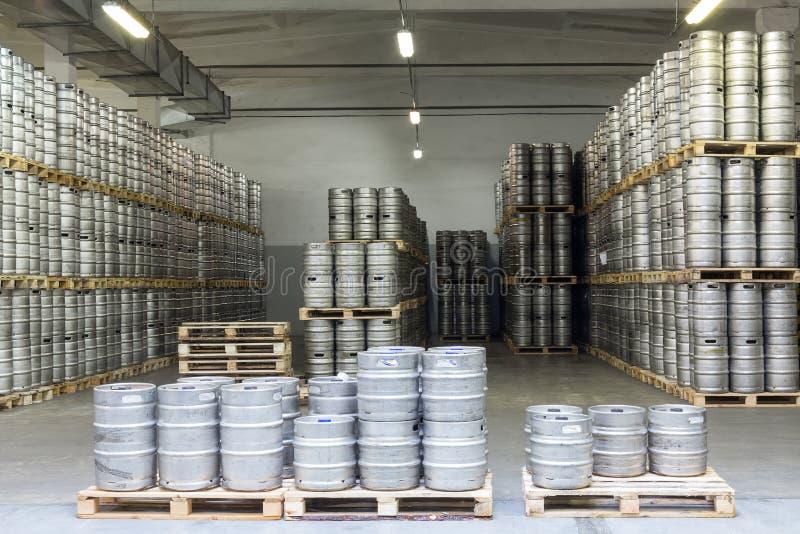 Lotti dei barili di birra in fabbrica di birra di riserva Ochakovo fotografia stock libera da diritti