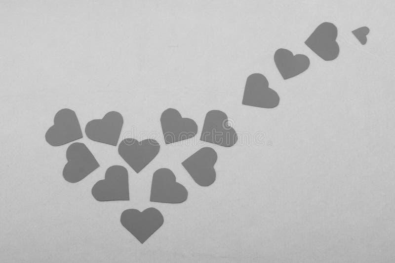 Lotti dei biglietti di S. Valentino di carta che ingrandiscono cuore su fondo rosa fotografie stock libere da diritti