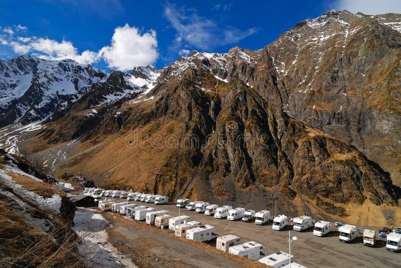Lotti dei caravan davanti alle montagne fotografie stock libere da diritti