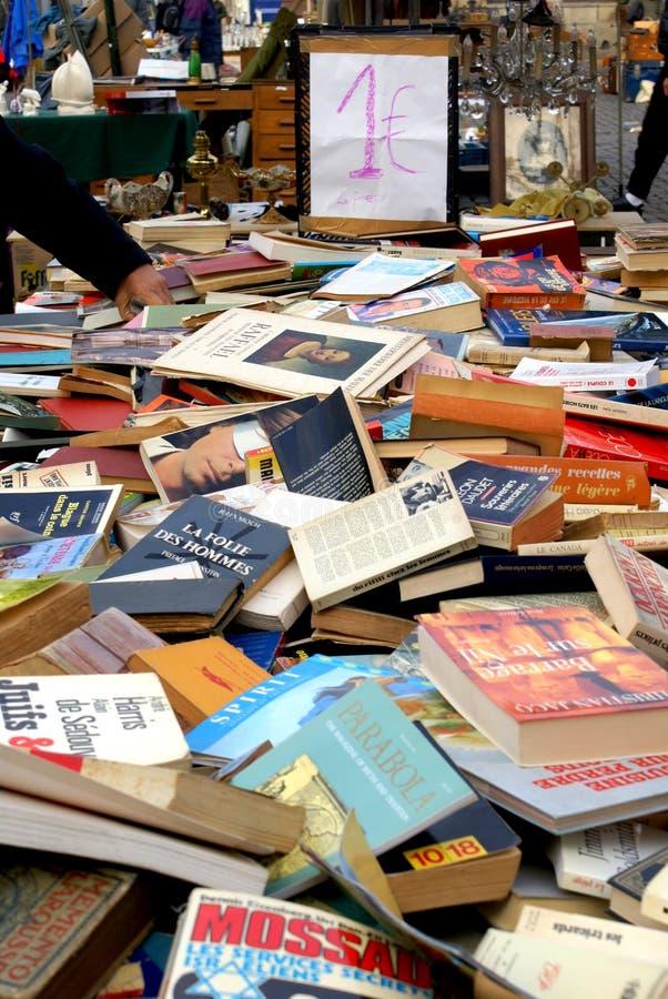 Lotti dei libri nel mercato di pulce fotografia stock libera da diritti