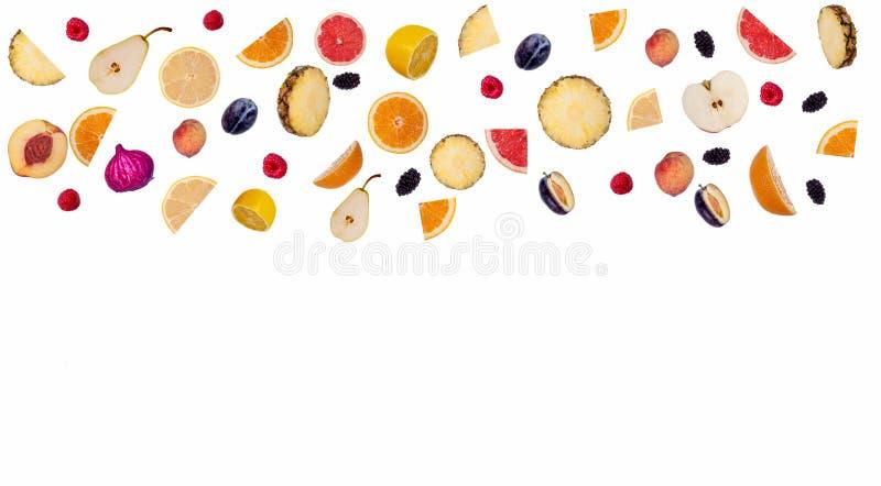 Lotti della miscela dei frutti affettati isolata su bianco immagine stock libera da diritti