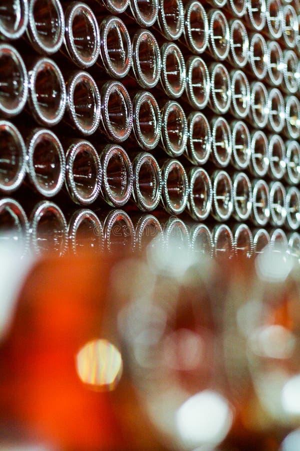 Lotti delle bottiglie di vino rosato impilate immagine stock libera da diritti