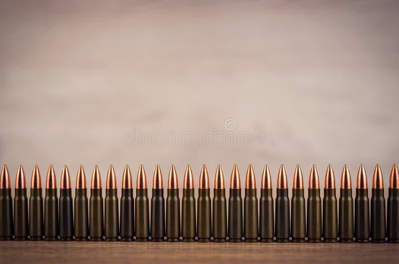 Lotti delle pallottole su un fondo di legno fotografie stock libere da diritti