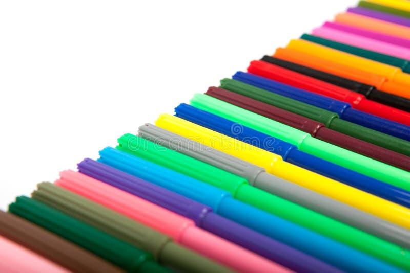 Lotti delle penne di indicatore assortite di colori isolate su fondo bianco immagini stock