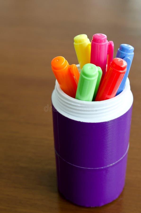 Lotti delle penne di indicatore assortite di colori fotografia stock