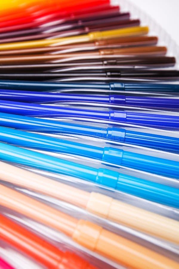 Lotti delle penne di indicatore assortite di colori immagini stock