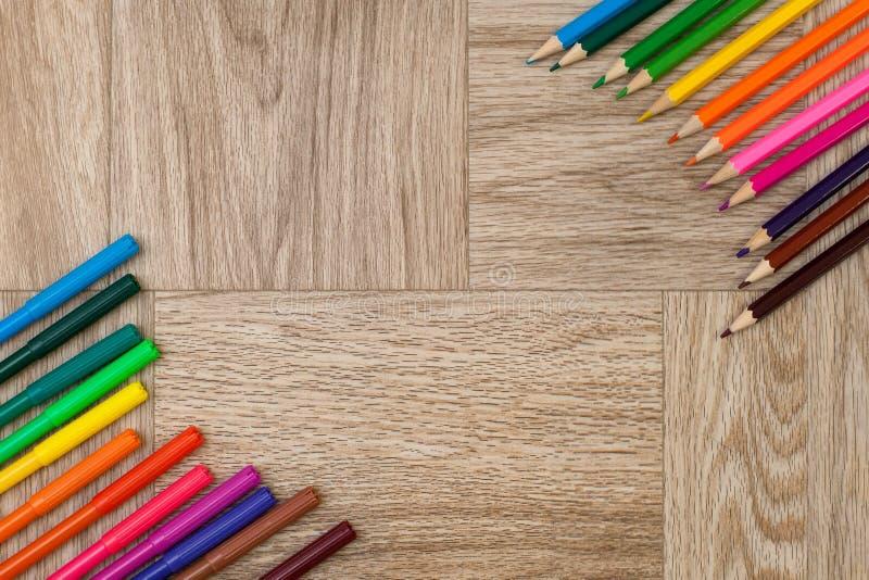 Lotti delle penne e delle matite di indicatore assortite di colori con copyspace fotografie stock