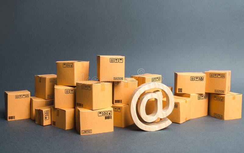 Lotti delle scatole e del simbolo del email, commerciali A Acquisto in linea sviluppo di commercio della rete internet, servizi d fotografia stock