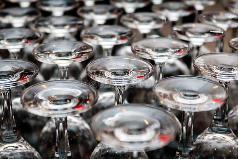 Lotti di chiari vetri di vino immagine stock libera da diritti