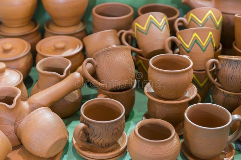 Lotti di produzione fatta a mano ucraina tradizionale delle terraglie dell'argilla terraglie marroni Piatti e tazze dell'argilla immagini stock libere da diritti