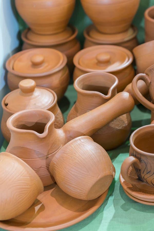 Lotti di produzione fatta a mano ucraina tradizionale delle terraglie dell'argilla terraglie marroni Piatti e tazze dell'argilla  immagine stock