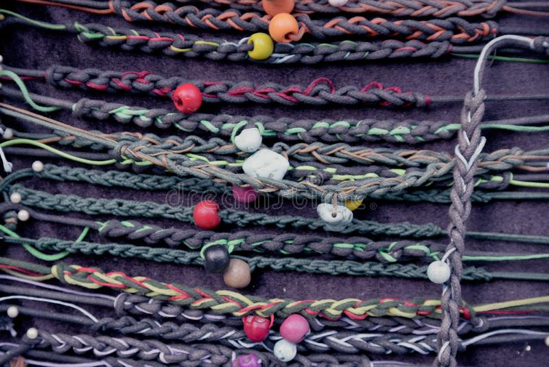 Lotti di retro braccialetti del hippy variopinto di varietà immagini stock