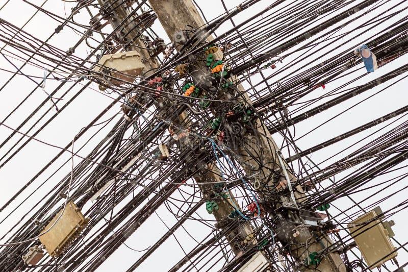 Lotti elettrici dei cavi dell'Asia del fondo astratto della linea elettricista disordinato di orrore di caos di serie fotografie stock