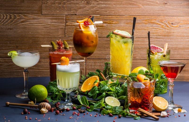 Lotto dei cocktail differenti fotografia stock libera da diritti