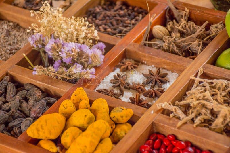 Lotto dei condimenti, delle specie e dei condimenti nella scatola di legno immagine stock libera da diritti