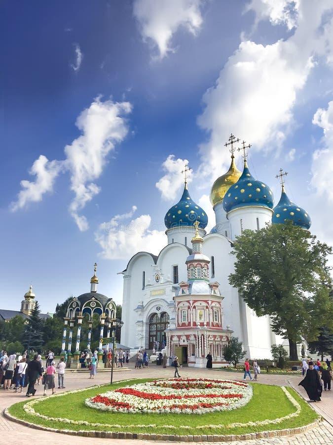 Lotto dei pellegrini e dei turisti nel quadrato principale alla cattedrale della st Sergius Lavra della trinità santa fotografia stock libera da diritti
