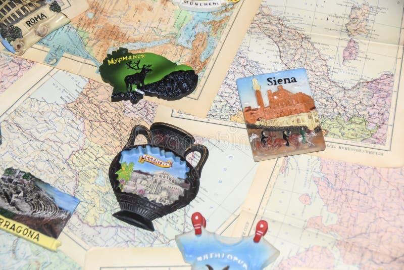 Lotto dei ricordi turistici dei magneti dai paesi differenti sopra fotografia stock