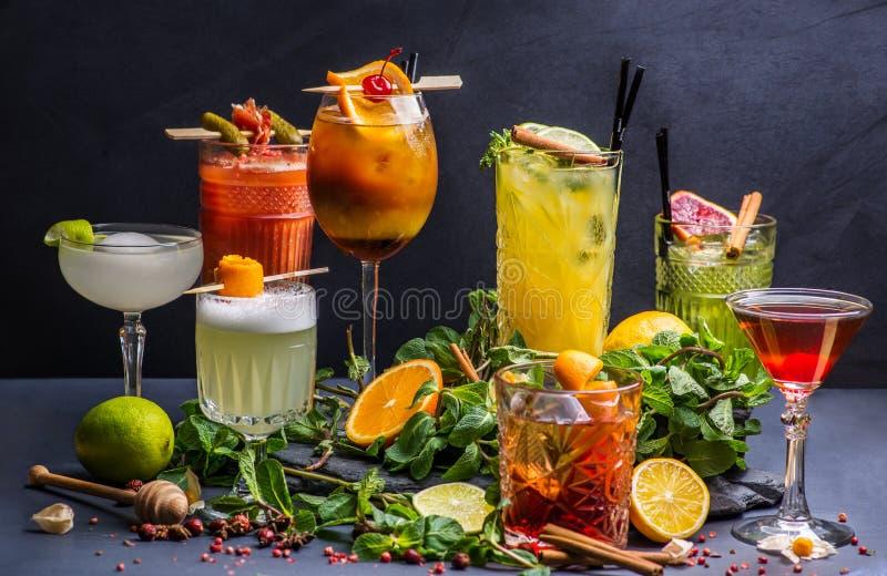 Lotto del cocktail differente immagini stock libere da diritti