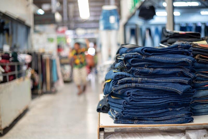 Lotto delle blue jeans differenti blu, pila di tralicco blu fotografia stock