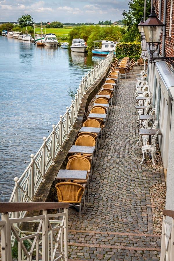 Lotto delle sedie e delle tavole su un terrazzo fotografie stock libere da diritti